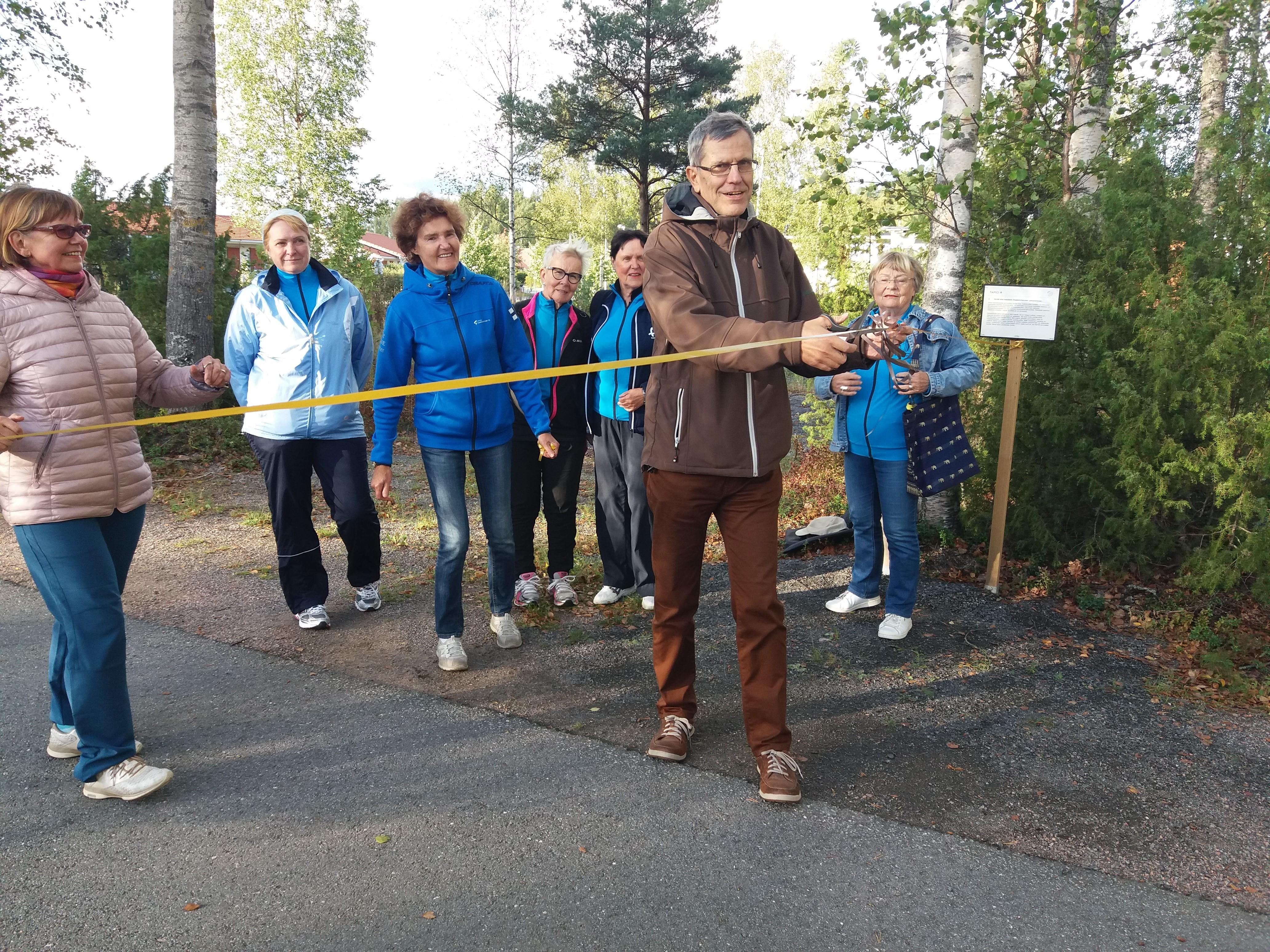 Hyvinvointipolkua avaamassa Metsäkeskuksen Tapio Nummi.